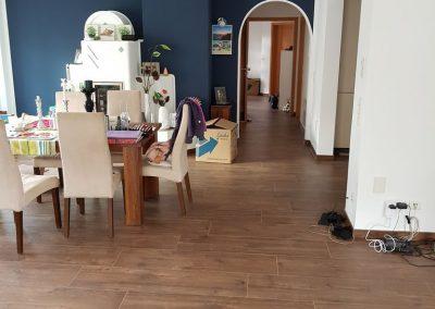 Hausrenovierung in Ellhofen, Holzoptikfliesen und Glattputz